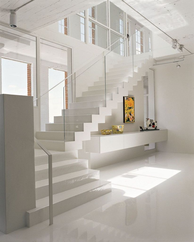 Лестница ведет в художественную галерею на втором уровне, а непосредственно за лестницей находится вторая крытая терраса