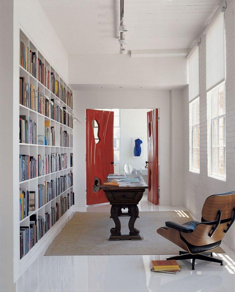 Небольшая библиотека является проходной комнатой ведущей в главную спальню.