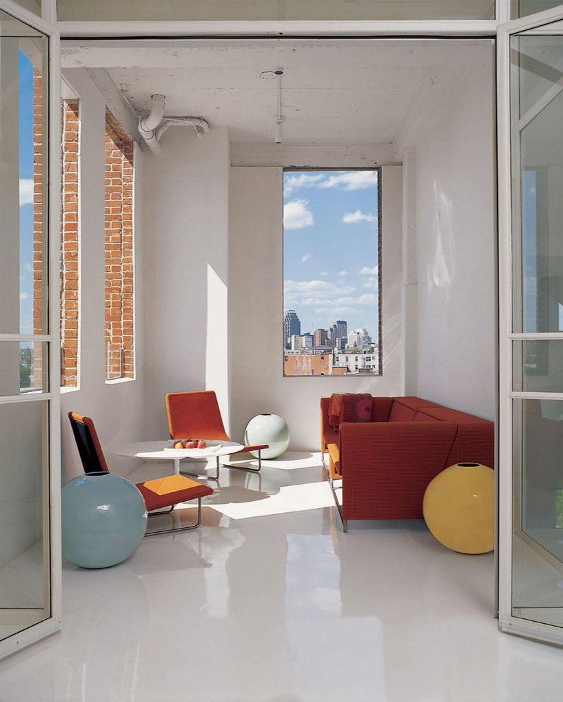 Просторная крытая терраса находящаяся с южной стороны квартиры рядом с главной спальней.