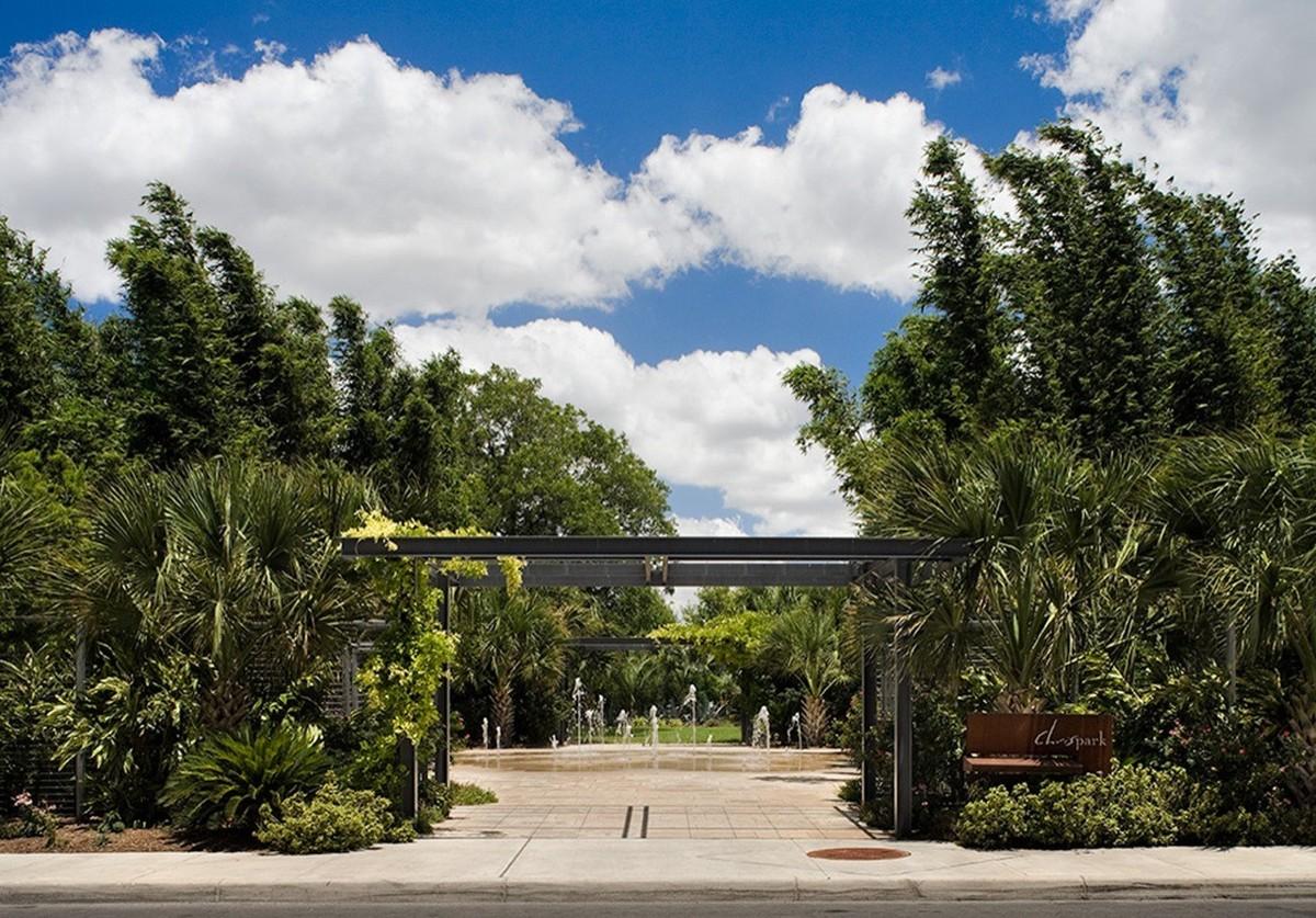Вход во двор дома, который представляет из себя хорошо озелененный парк.
