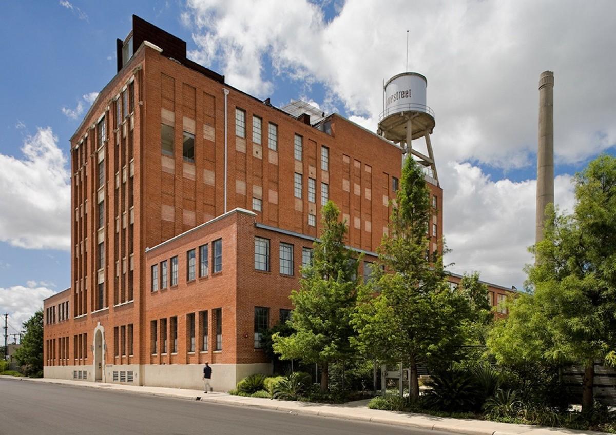 Вид на здание с улицы. Рядом со зданием виден парк