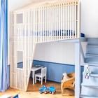 Кровать на антресоли занимает нишу в комнате и существенно увеличивает полезное пространство маленькой детской.
