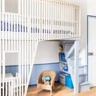 В конструкции детской кровати явно вырисовывается образ дома с окнами и крышей, однако выглядит он легко, современно и динамично. Место под лестницей рачительно нанято полками и ящиками. (детская,игровая,детская комната,детская спальня,дизайн детской,интерьер детской,мебель для детской,фото детской,идеи детской,детская для девочки,детская для мальчика,спальня подростка,современный,интерьер,дизайн интерьера,мебель)