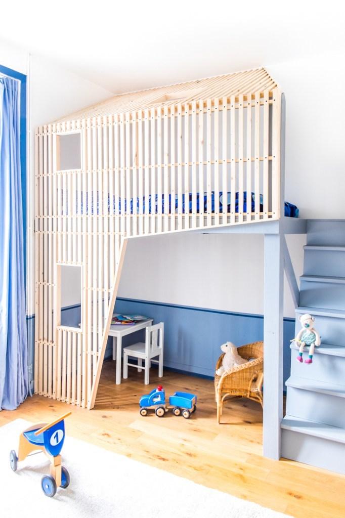 Кровать на антресоли занимает нишу в комнате и существенно увеличивает полезное пространство маленькой детской