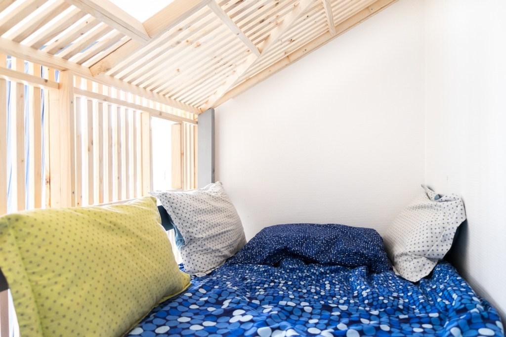 Обшивка кровати не создает ощущения замкнутого пространства и делает верхнюю кровать безопасной для ребенка.