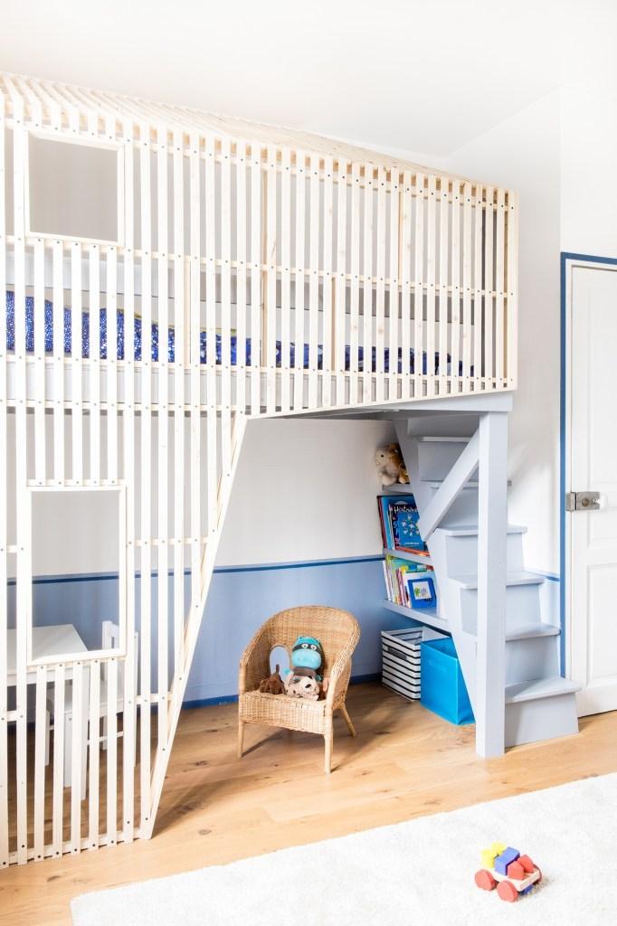 В конструкции детской кровати явно вырисовывается образ дома с окнами и крышей, однако выглядит он легко, современно и динамично. Место под лестницей рачительно нанято полками и ящиками.