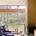 Большое окно в сад и камин придают неповторимости интерьеру гостиной. (архитектура,дизайн,экстерьер,интерьер,дизайн интерьера,мебель,1950-70е,середина 20-го века,медисенчери,медисенчери модерн,модерн,средневекоый модерн,модернизм,mcm,гостиная,дизайн гостиной,интерьер гостиной,мебель для гостиной,фото гостиной,идеи гостиной,жилая комната,фото жилой комнаты,идеи жилой комнаты,меель для жилой комнаты)