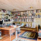 Домашний офис с библиотекой. У окна можно заметить кушетку, столь незаменимый атрибут настоящей домашней библиотеки.