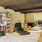 Еще одна гостиная с камином и телевизором.
