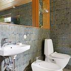 Как и в первой ванной минимум мебели, только встроенные полочки и огромное зеркало с подсветкой.
