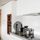 Нейтральная кухня из Ikea с белыми фасадами и бетонной столешницей.