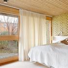 Спальня на нижнем уровне с выходом во двор.