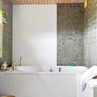 Вторая ванная комната украшена мхово-зеленой стеклянной плиткой заказанной специально для этой ванной комнаты.