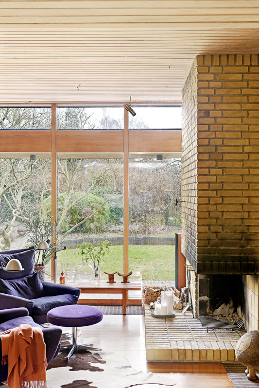 Большое окно в сад и камин придают неповторимости интерьеру гостиной