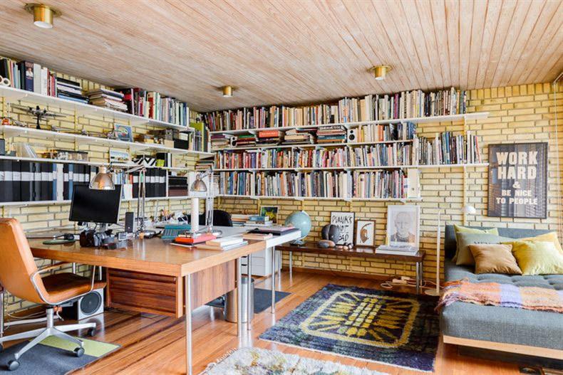 Домашний офис с библиотекой. У окна можно заметить кушетку, столь незаменимый атрибут настоящей домашней библиотеки