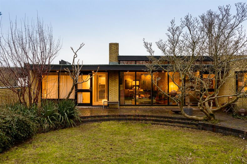 Несмотря на прямоугольные формы строения скругленная форма террасы существенно украшает задний фасад выходящий во двор.