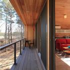 Балкон вдоль противоположной от входа и ванной стены служит единению дома с природой. Сдвижные остекленные двери позволяют выходить на балкон как из жилой комнаты так и из спальни.