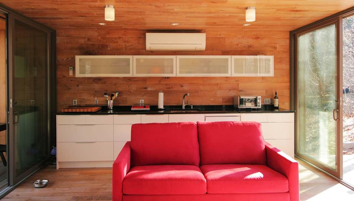 Кухня расположилась вдоль всей торцовой стены, что дает большую рабочую поверхность. Визуально кухня практически не отнимает места в жилой комнате