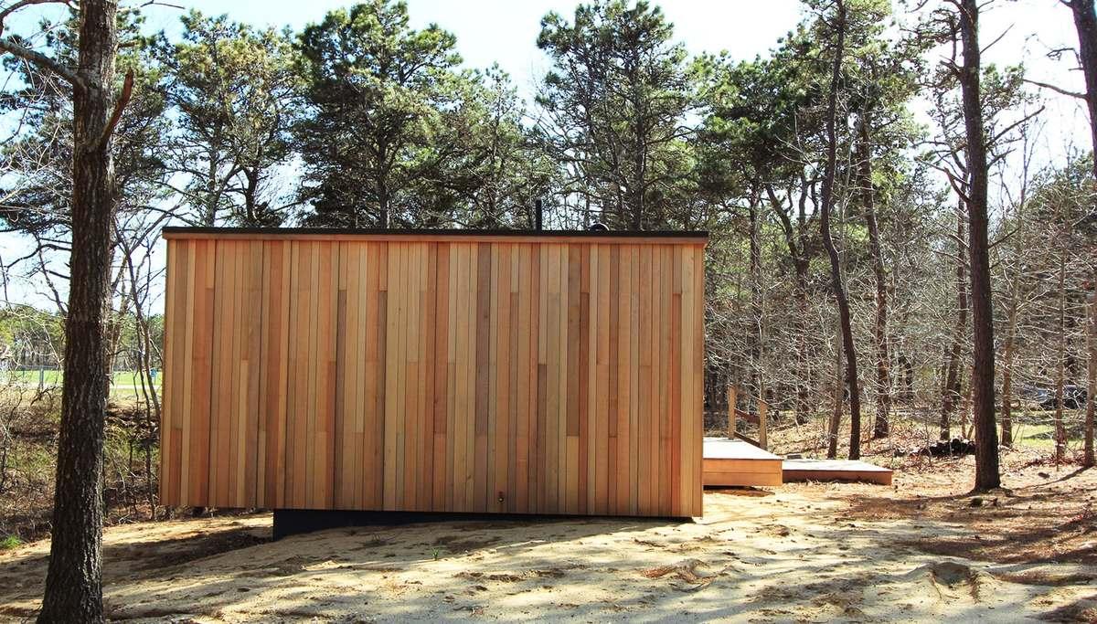Отделка дома внутри и снаружи привязывает дом к лесному пейзажу