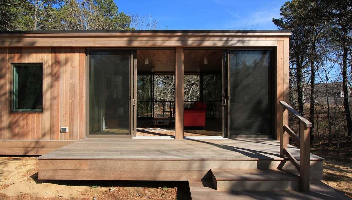 Жилая комната просматривается насквозь, а с открытыми дверьми превращается практически в комнату на открытом воздухе
