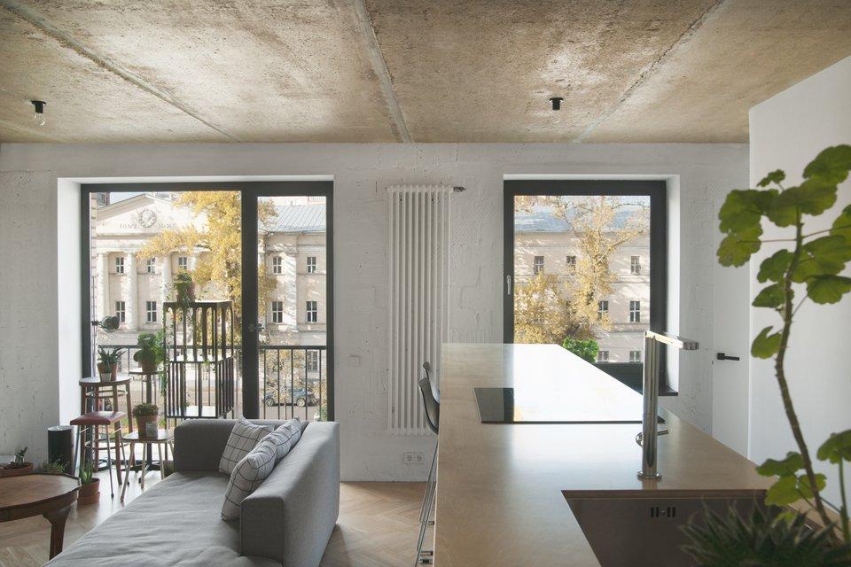 Благодаря демонтажу лишних перегородок и замене оконных рам, а также светлому интерьеру, теперь квартира залита светом.