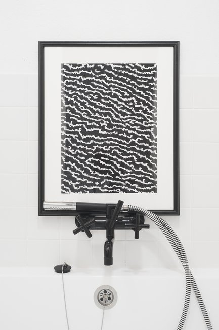 Кажущаяся совершенно неуместной картина прямо над краном ванной, как ни странно существенно оживляет сдержанный интерьер ванной комнаты.