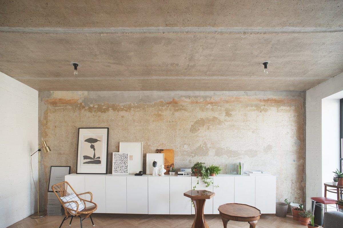 Под многими слоями обоев была обнаружена эта фактурная бетонная стена, никому даже не пришло в голову ее покрасить. Похожим образом с потолка были сняты все слои побелки до бетона.