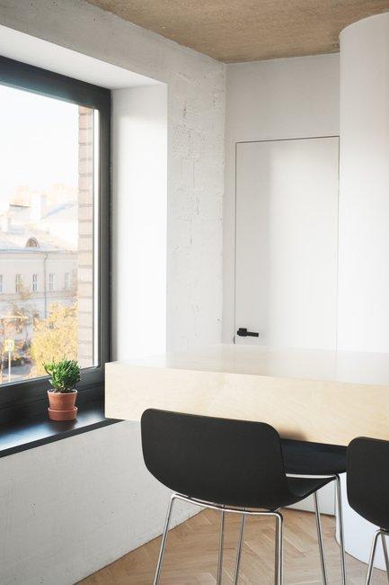 С целью того же визуального увеличения пространства в кухонной мебели были скруглены углы.