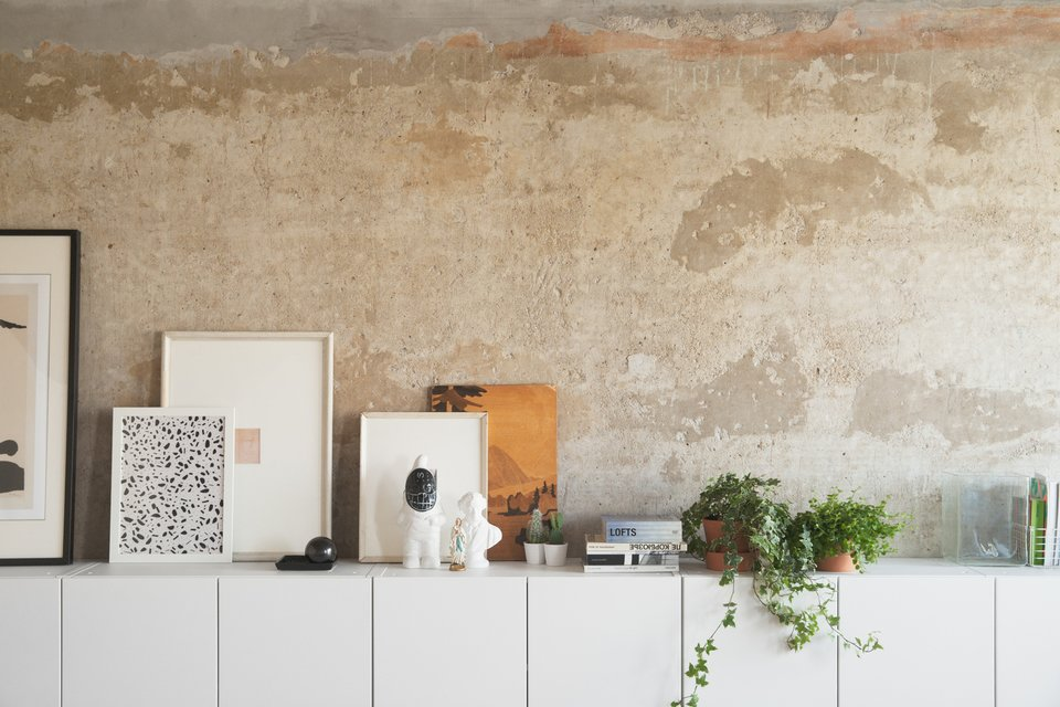 Шкафчики проходящие вдоль всей не оштукатуренной стены предоставляют идеальное место для сувениров, картин и декора.