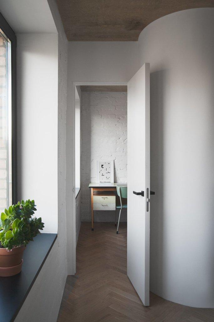 За кухней спрятался небольшой домашний офис с винтажным столом и стулом также из 60-х.