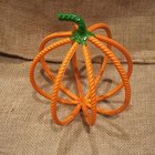 Еще одной идеей тыквы на Хэллоуин в стиле лофт может послужить вот такая тыква из арматуры.