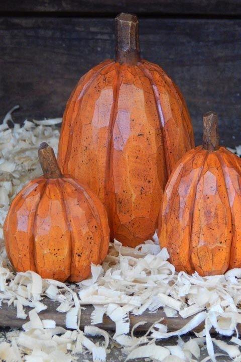 Грубо высеченные, окрашенные и вскрытые лаком деревянные тыквы смотрятся как высеченные из драгоценного камня.