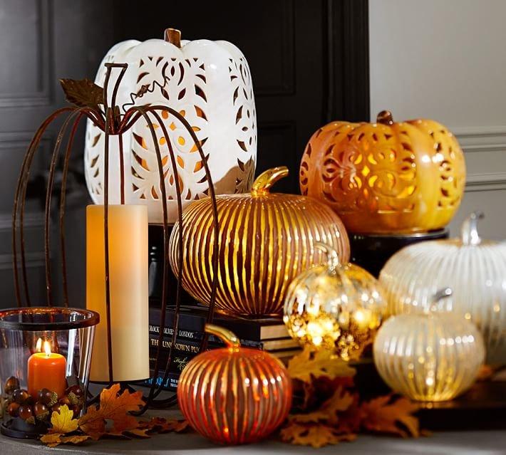 Кованная тыква может стать элегантным дополнением композиции из фарфоровых и стеклянных фонарей Джека.