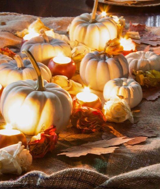 Оранжевые фарфоровые подсвечники прекрасно дополнят композицию из белых тыкв.