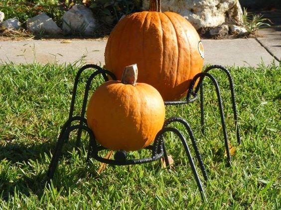 Пауки для украшения газона перед домом из арматуры и тыкв.