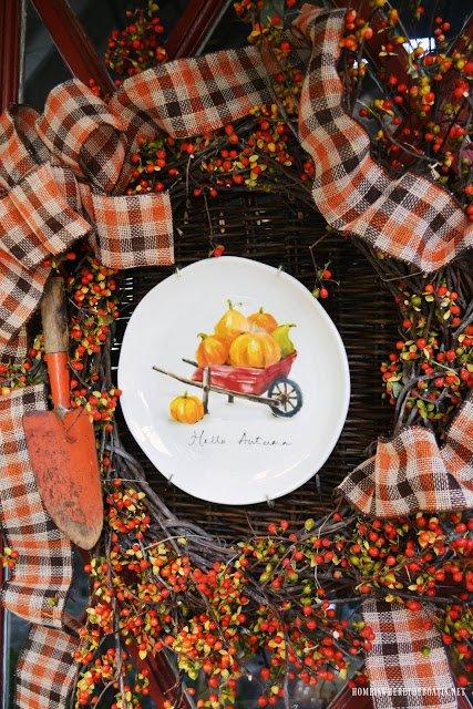 Тарелка с рисунком тыквенного урожая как основа венка на дверь к хэлоуину.