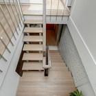Лестница из холла в жилую комнату на втором этаже. (лестница,вход,прихожая,1950-70е,середина 20-го века,архитектура,дизайн,экстерьер,интерьер,дизайн интерьера)