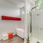 Современный душ отлично вписался в интерьер модернистского дома середины 20-го века. (ванна,санузел,душ,туалет,дизайн ванной,интерьер ванной,сантехника,кафель,1950-70е,середина 20-го века,интерьер,дизайн интерьера,мебель)