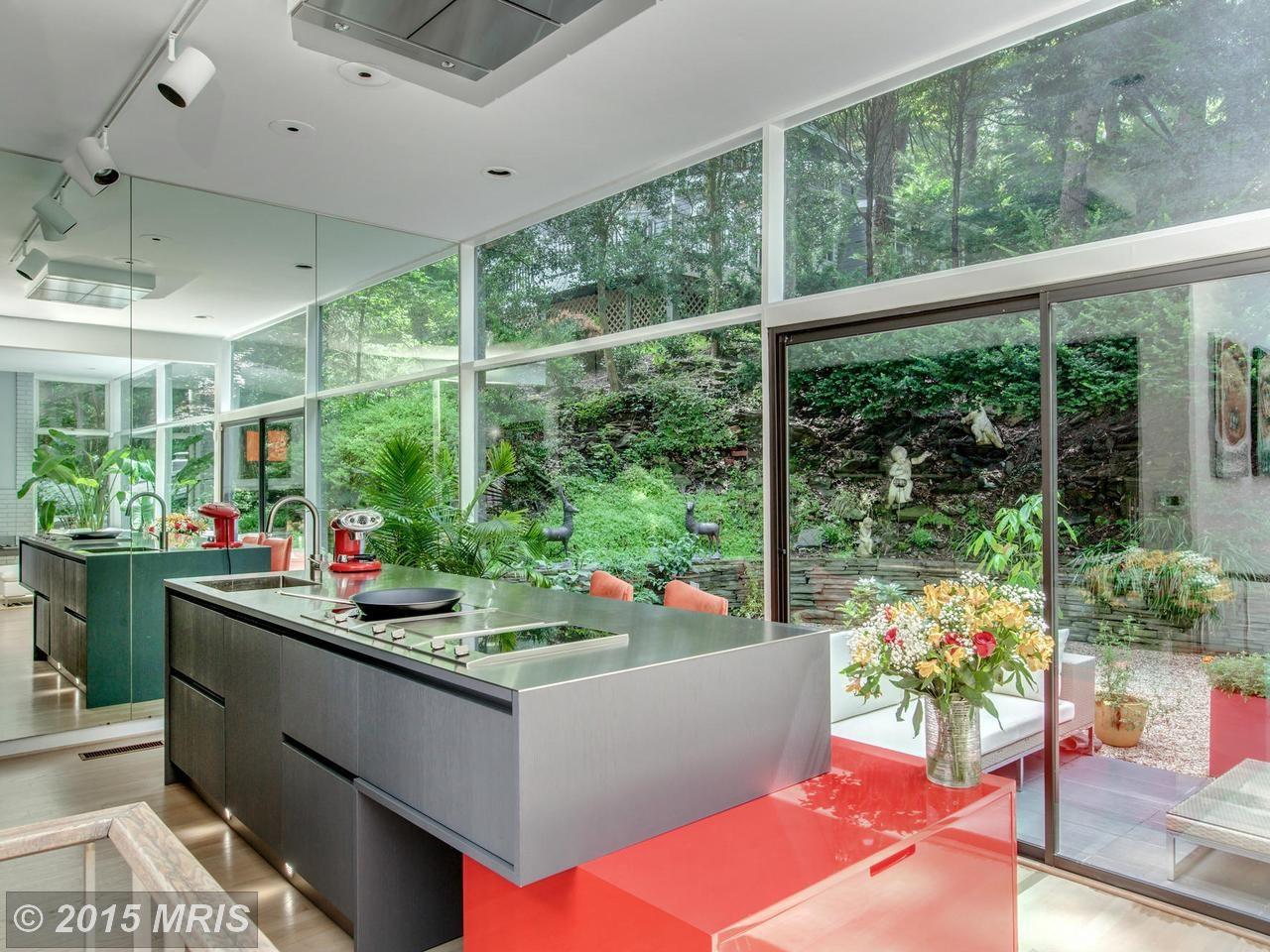 Кухонный остров длинной 3 метра с выдвижными ящиками, индукционными варочными поверхностями и кухонной мойкой.