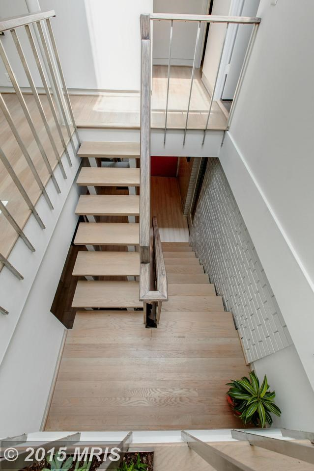 Лестница из холла в жилую комнату на втором этаже.