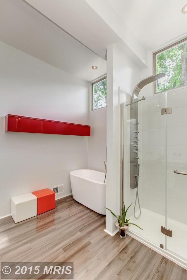 Современный душ отлично вписался в интерьер модернистского дома середины 20-го века.