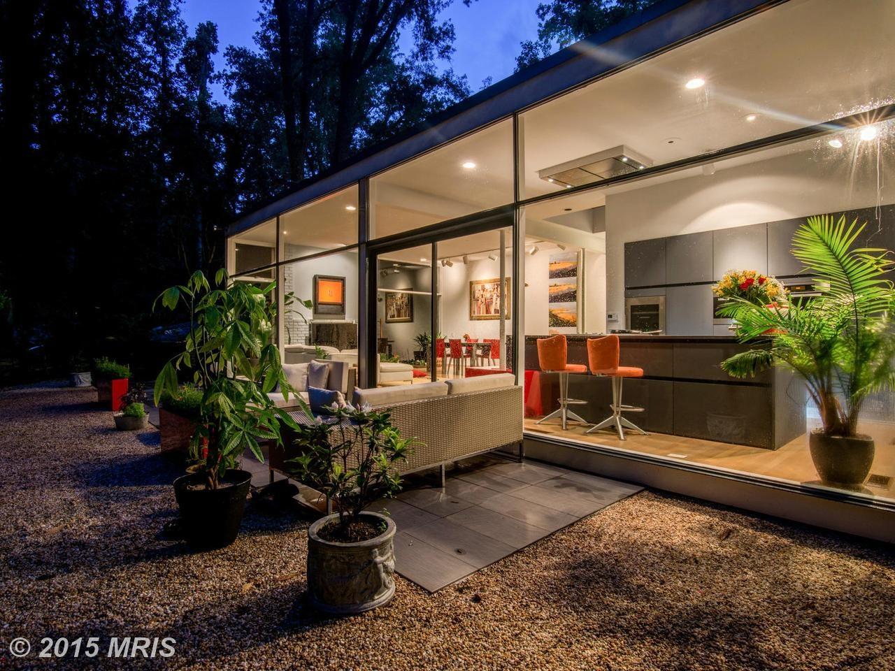 Терраса и задний фасад дома в вечернее время.