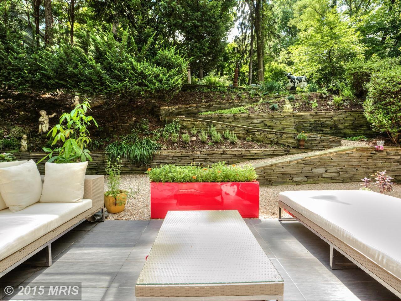 Терраса рядом с гостиной и дорожка ведущая в глубь сада.