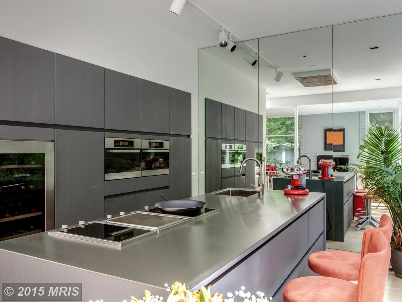 Встроенные в стену шкафы обеспечивают достаточно места для хранения кухонных принадлежностей.