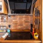 Специи и ножи всегда под рукой около печки и рабочей столешницы. (кухня,дизайн кухни,интерьер кухни,кухонная мебель,мебель для кухни,фото кухни,мебель,интерьер,дизайн интерьера,современный)
