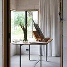 Арт мастерская хозяина дома. Угловое окно также без рамы в углу, как и в кабинете.