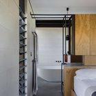 Главная спальня находится за ванной комнатой и гардеробом.