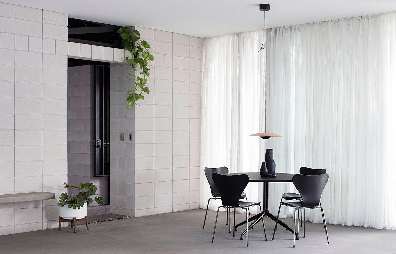Бетонные блоки в интерьере смотрятся просто и элегантно, даже не хочется их оштукатурить или покрасить.