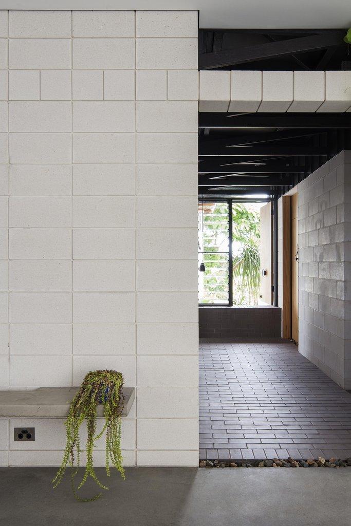 Брусчатый коридор у входа в дом. Коридор также ведет в главную спальню и арт студию.