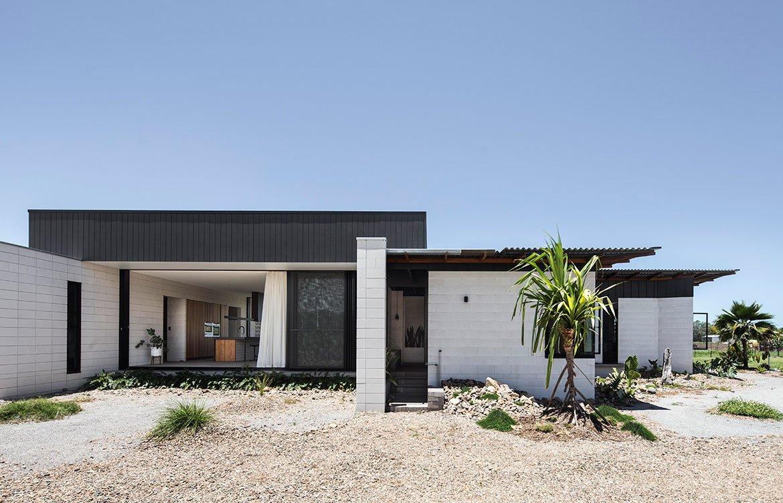 Фасадная часть дома. Молодой архитектор удачно использовала перегородочные стены, чтобы добавить приватности разным помещениям дома.